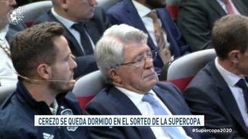 La secuencia viral de Enrique Cerezo dormido durante la presentación de la Supercopa