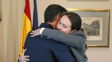 El abrazo entre Pedro Sánchez y Pablo Iglesias tras firmar el preacuerdo para un gobierno de coalición