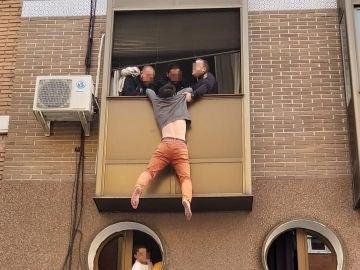 Un hombre se lanza por la ventana tras una discusión