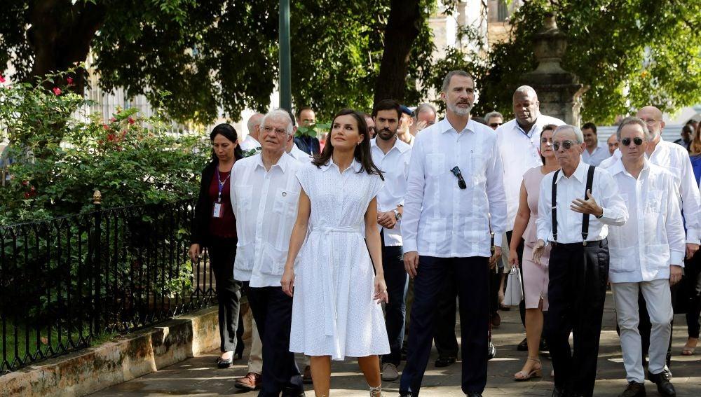 Los reyes y el ministro de Asuntos Exteriores en funciones, Josep Borrell