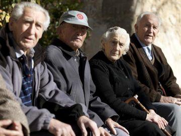 Un grupo de ancianos en un pueblo