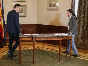 Pedro Sánchez y Pablo Iglesias escenifican la firma de un preacuerdo para gobernar en coalición