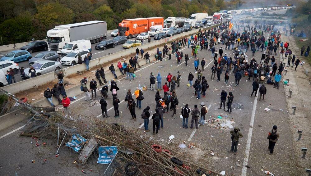 Centenares de personas continúan bloqueando la autopista AP-7
