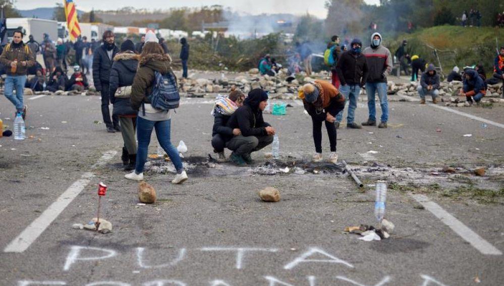 Miembros de Tsunami Democràtic cortan La Junquera