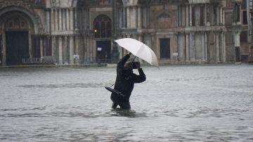 Un hombre sacando una foto durante la inundación