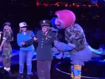 El comentado gesto de la mascota de los Clippers a un veterano de guerra