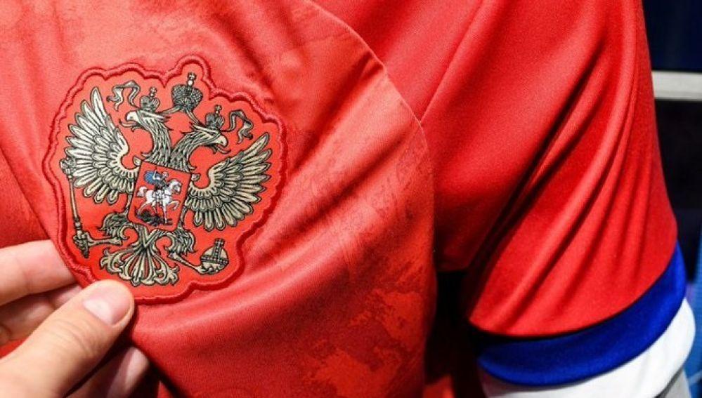 Adidas pone al revés bandera rusa en jersey de la selección
