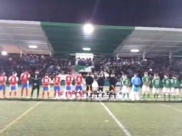 Momento del partido entre El Álamo y el Pedroñeras en el que suena el himno franquista