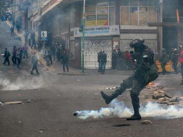Un policía durante las protestas en La Paz, Bolivia