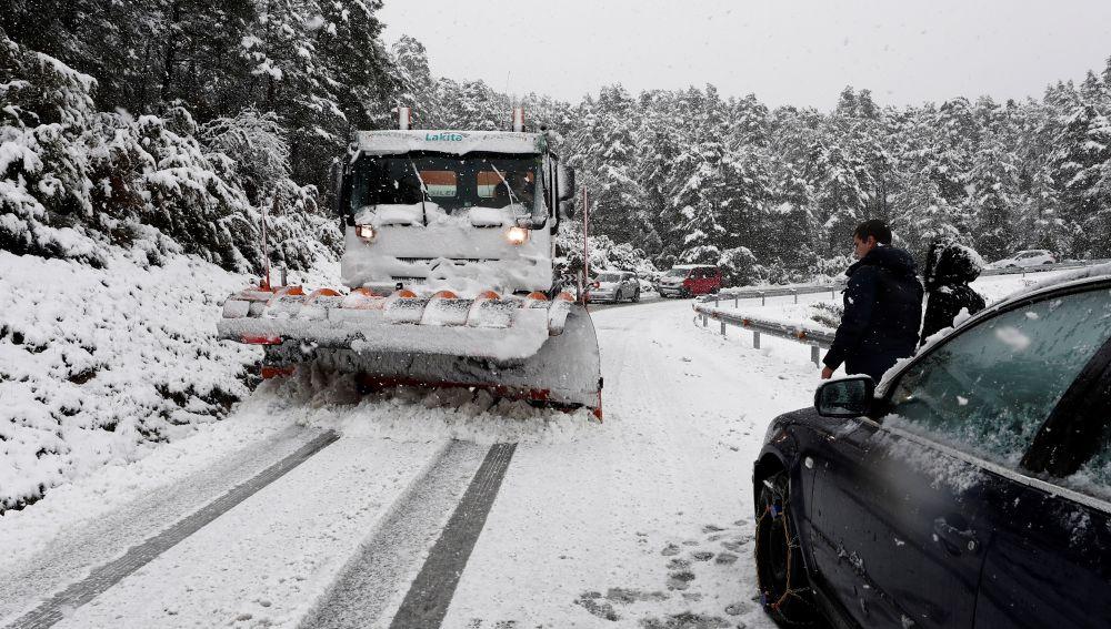 Un camión quitanieves despeja la calzada de la N-135 en el Puerto de Erro, Navarra