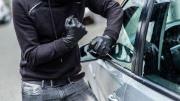 Un caco intentando robar un coche