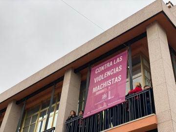 Bandera contra la violencia machista en el balcón del Ayuntamiento de Córdoba