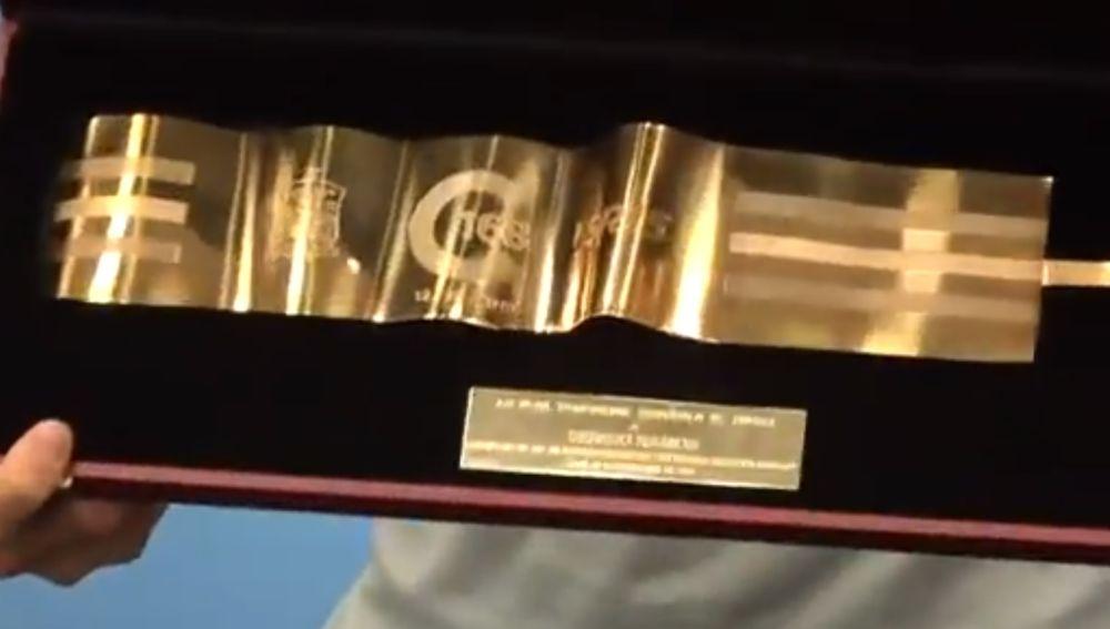 Brazalete de oro entregado hoy a Sergio Ramos por sus 168 partidos con España
