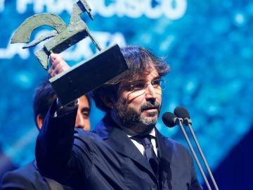 Jordi Évole con su premio Ondas en la mano
