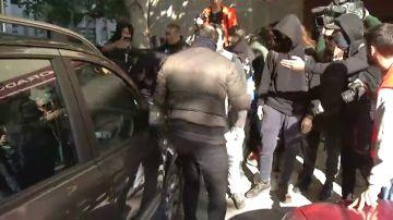El tenso momento en el que un grupo de CDR rodea, agrede y le quita las llaves de la moto a un hombre en Sants