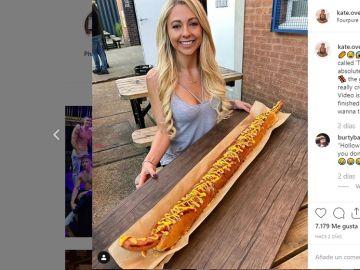 Imagen de la bloguera que se ha comido un perrito de un metro en 25 minutos