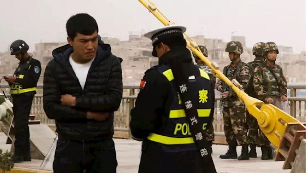Imagen de archivo de un hombre uigur en un control de seguridad en Xinjiang