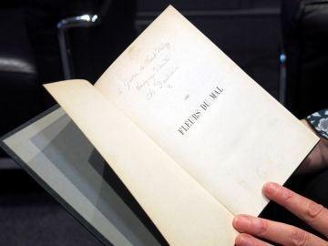Libro con los versos inéditos de Baudelaire