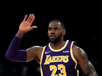 LeBron James celebra una canasta