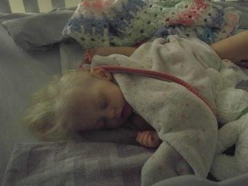 Imagen de la niña durante su recuperación.