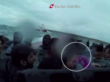El agónico rescate de una migrante eritrea de cuatro años