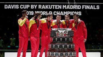 El equipo español de tenis junto al trofeo de la Copa Davis