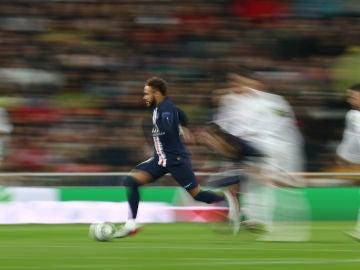 Neymar corre en el Bernabéu ante unos difuminados jugadores del Real Madrid