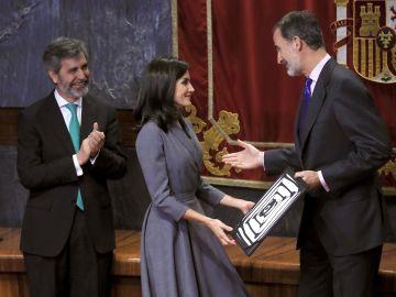 """La reina dedica su premio a los """"anónimos"""" que combaten la violencia machista."""
