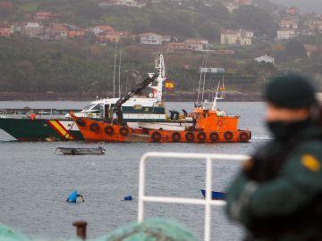 El submarino cargado con droga se hunde tras ser remolcado al puerto de Aldán.