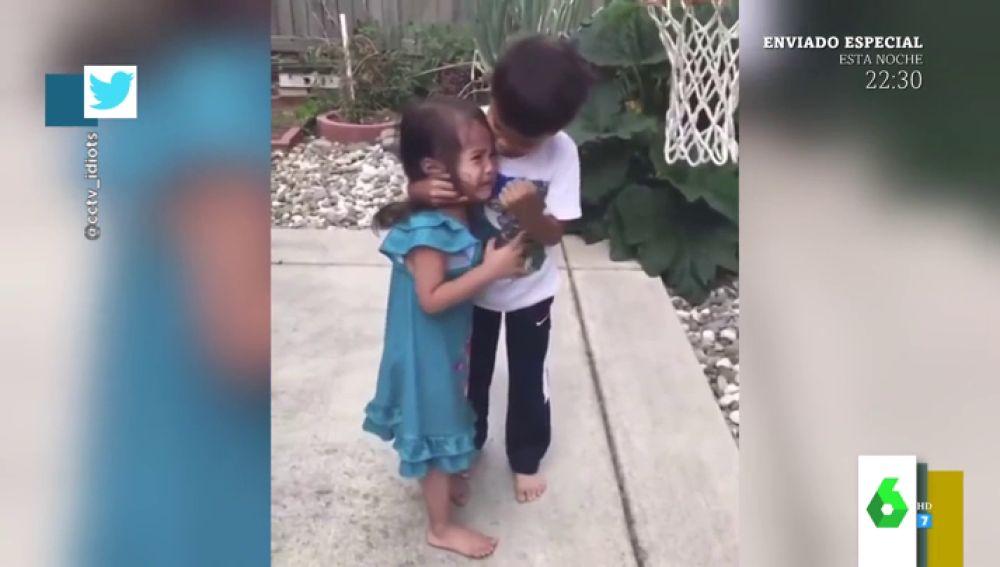 El vídeo viral que enamora al mundo: así es la tierna reacción de un niño al consolar a su hermana tras ser golpeada por un balón