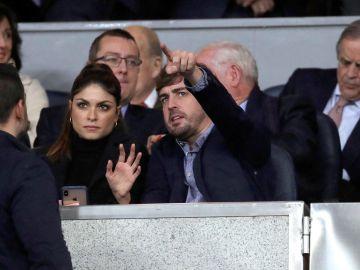 Fernando Alonso, con su pareja, presenciando el Real Madrid-PSG en el Bernabéu