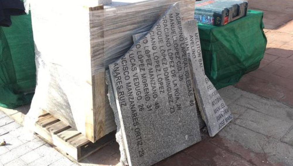 Las placas de las víctimas del franquismo retiradas del memorial de La Almudena