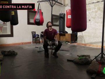 ¿Boxeo en una iglesia? Esta es la edificante actividad en un barrio abandonado de Nápoles