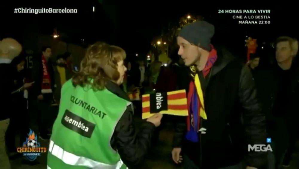 """""""No sabemos qué significa"""": la reacción de aficionados extranjeros al recibir esteladas en el Camp Nou"""