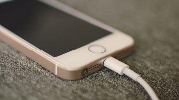 La forma más segura de cargar tu móvil en un puerto USB público