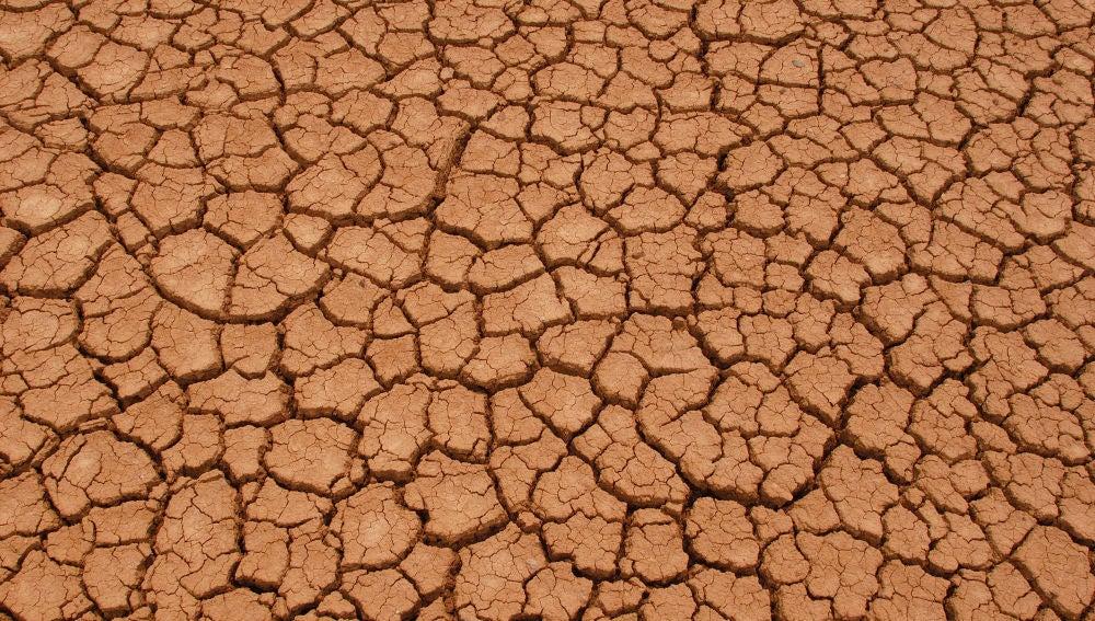 Tierra agrietada debido a la sequía de un lago seco en la Patagonia, Argentina