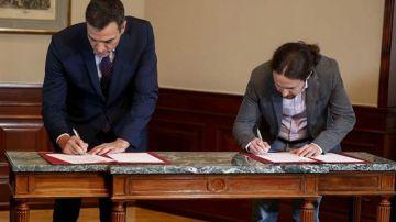 Pedro Sánchez y Pablo Iglesias cuando firmaron el preacuerdo de gobierno. Unidas Podemos aspira a liderar un ministerio de universidades. /EFE