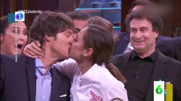 Así fue el sorprendente beso de Tamara Falcó a Jordi Cruz
