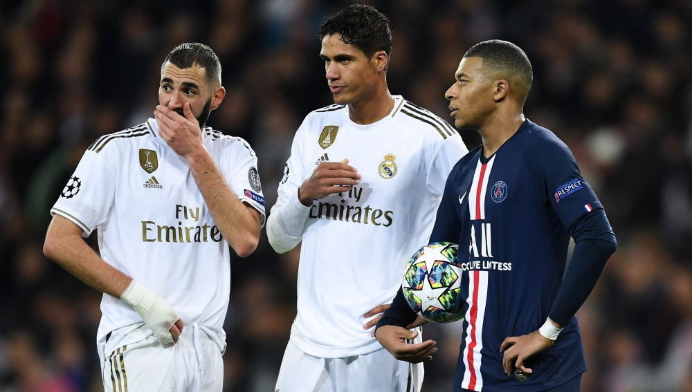 Mbappé charla con Benzema y Varane durante el Real Madrid-PSG