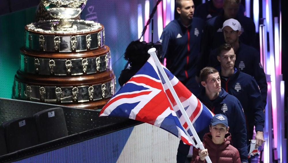 El equipo británico salta a la pista durante un partido de la Copa Davis