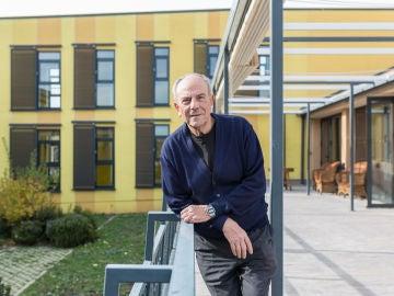 Antonio García en el jardín del centro social de convivencia Trabensol