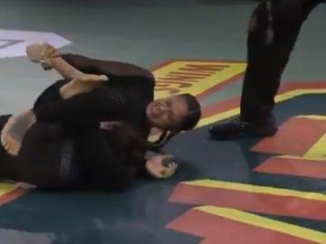 Una luchadora parte el brazo a su rival en pleno combate