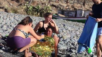 Bañistas atendiendo a una migrante