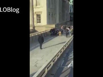 El vídeo del momento en el que la Policía dispara al atacante con cuchillo del Puente de Londres