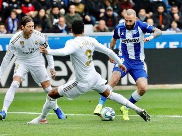 Aleix Vidal, en una acción ante el Real Madrid