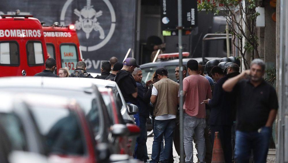 Exteriores del local donde un hombre ha secuestrado a rehenes en Río de Janeiro