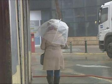 Imagen de archivo de una mujer con un paraguas