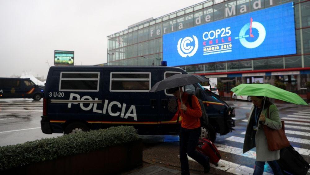 Vehículos policiales que forman parte del dispositivo de seguridad son estacionados en una de las entradas a la Cumbre del Clima