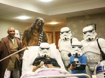 El paciente junto a su familia durante la fiesta temática que celebró el hospital para ver 'Star Wars'