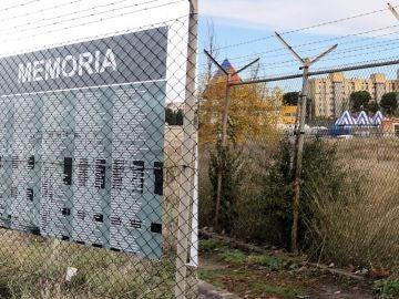 El memorial a los represaliados por el franquismo en la cárcel de Carabanchel y la valla de la cárcel tras ser arrancado